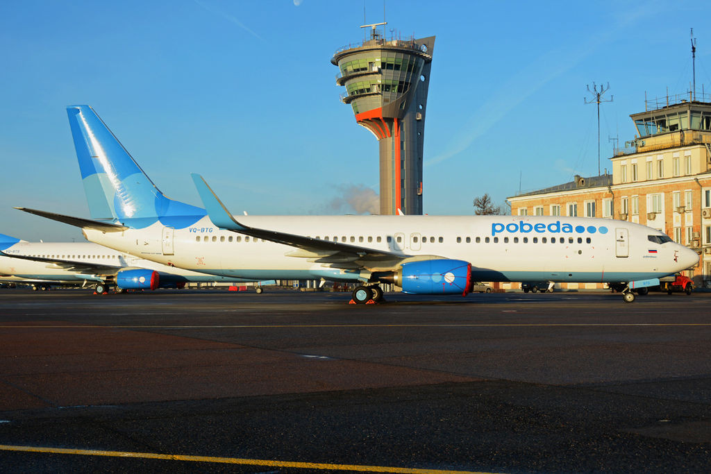«Pobeda Boeing 737-800 at SVO» участника Dmitry Petrov - http://www.airliners.net/photo/Pobeda-(Aeroflot--/Boeing-737-8FZ/2535848/L/. Под лицензией CC BY-SA 3.0 с сайта Викисклада - https://commons.wikimedia.org/wiki/File:Pobeda_Boeing_737-800_at_SVO.jpg#/media/File:Pobeda_Boeing_737-800_at_SVO.jpg