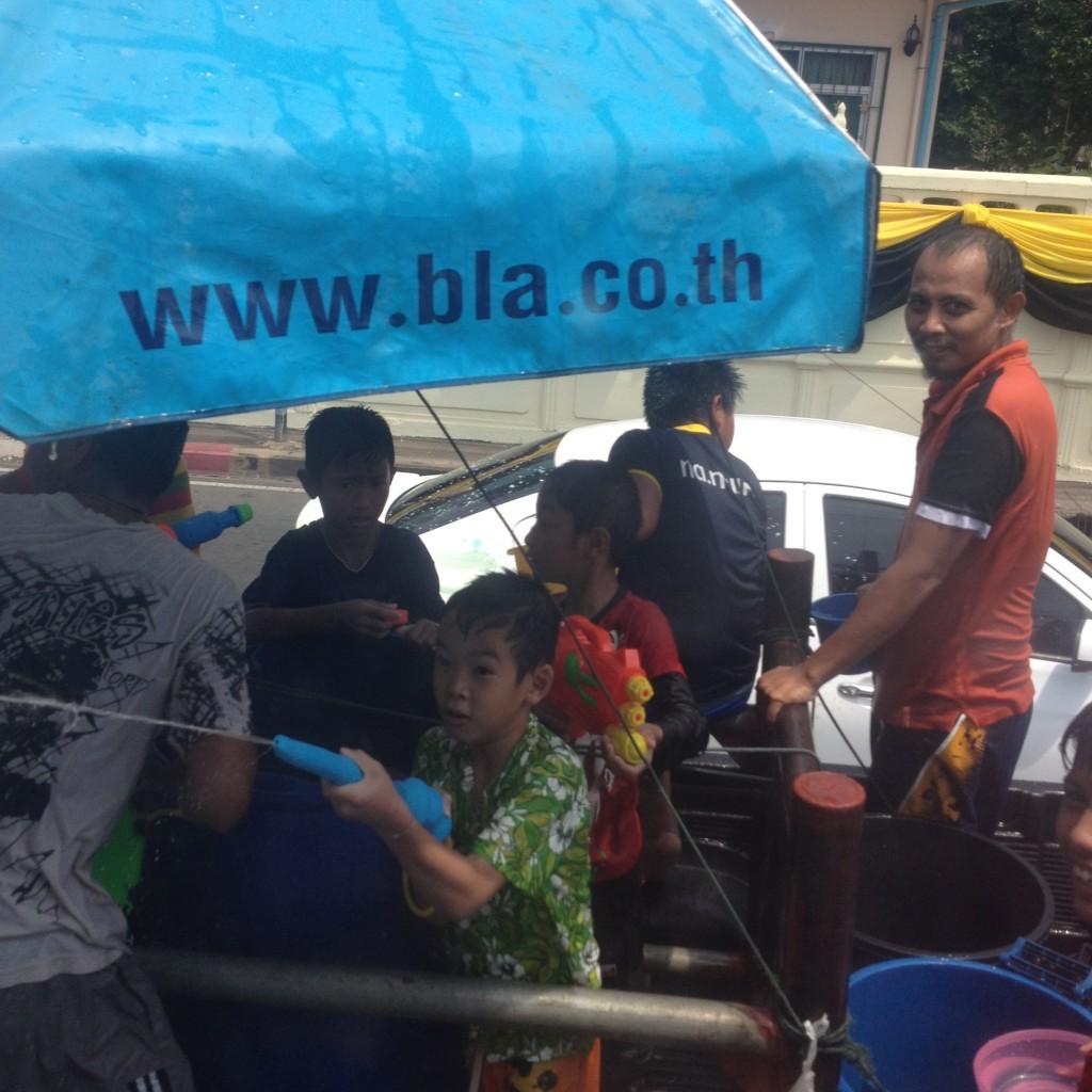 поливают на Сонгкран на улицах нещадно