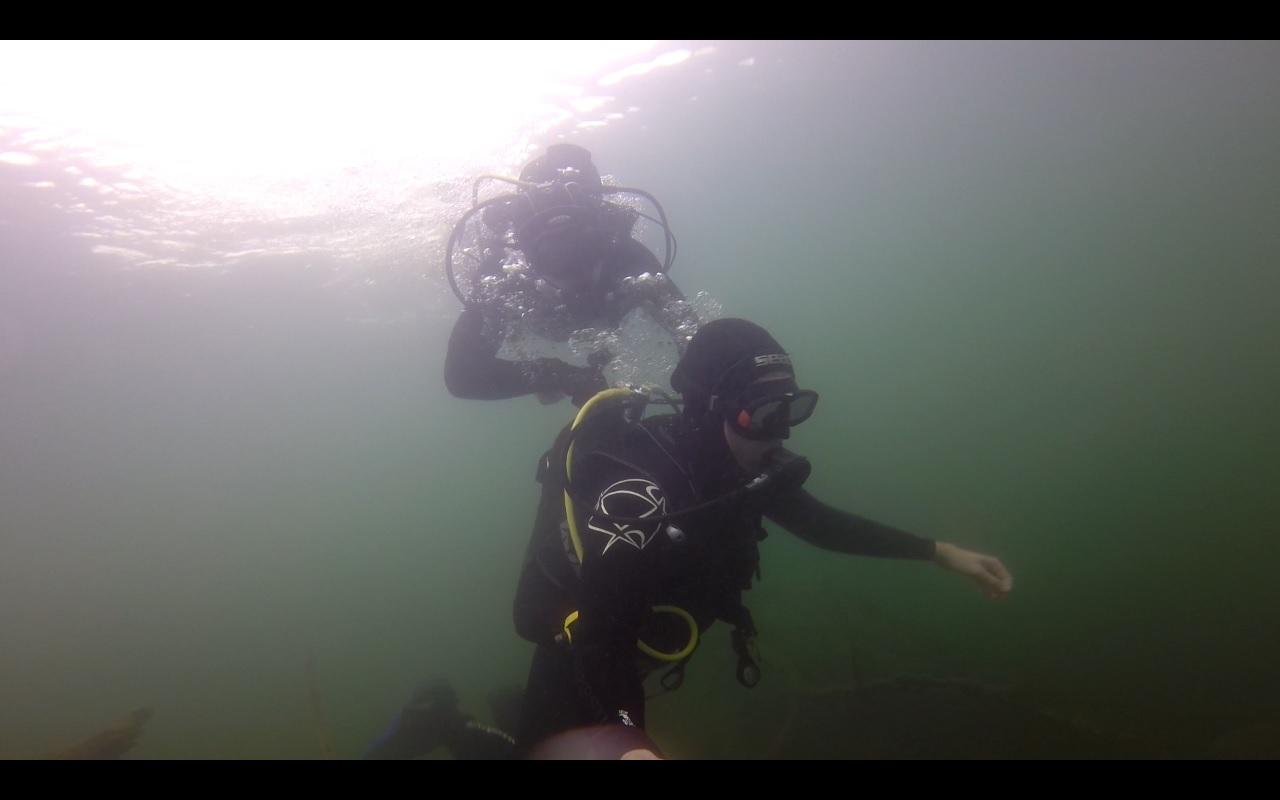 зато фоткались под водой. Я и Андрей.