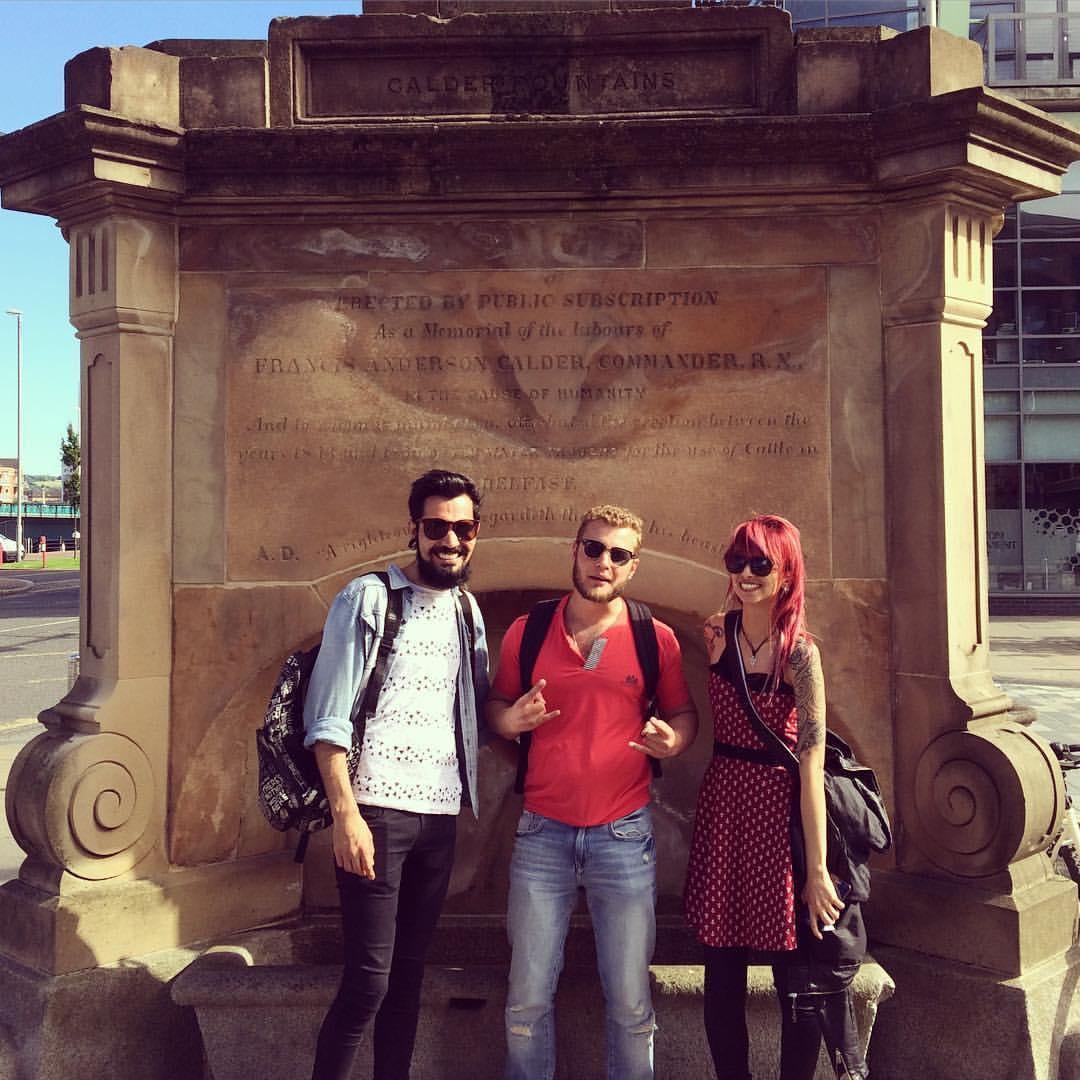 Русский фотографирующийся с Бразильцами на фоне Ирландского фонтана - хорошая иллюстрация нашего космополитичного времени)