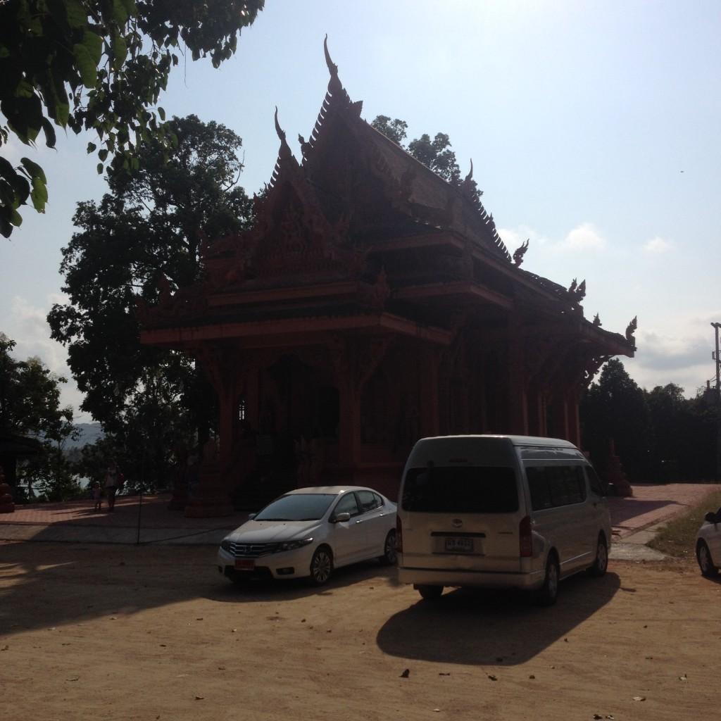 красный терракотовый храм Wat Sila Ngu на острове Самуи