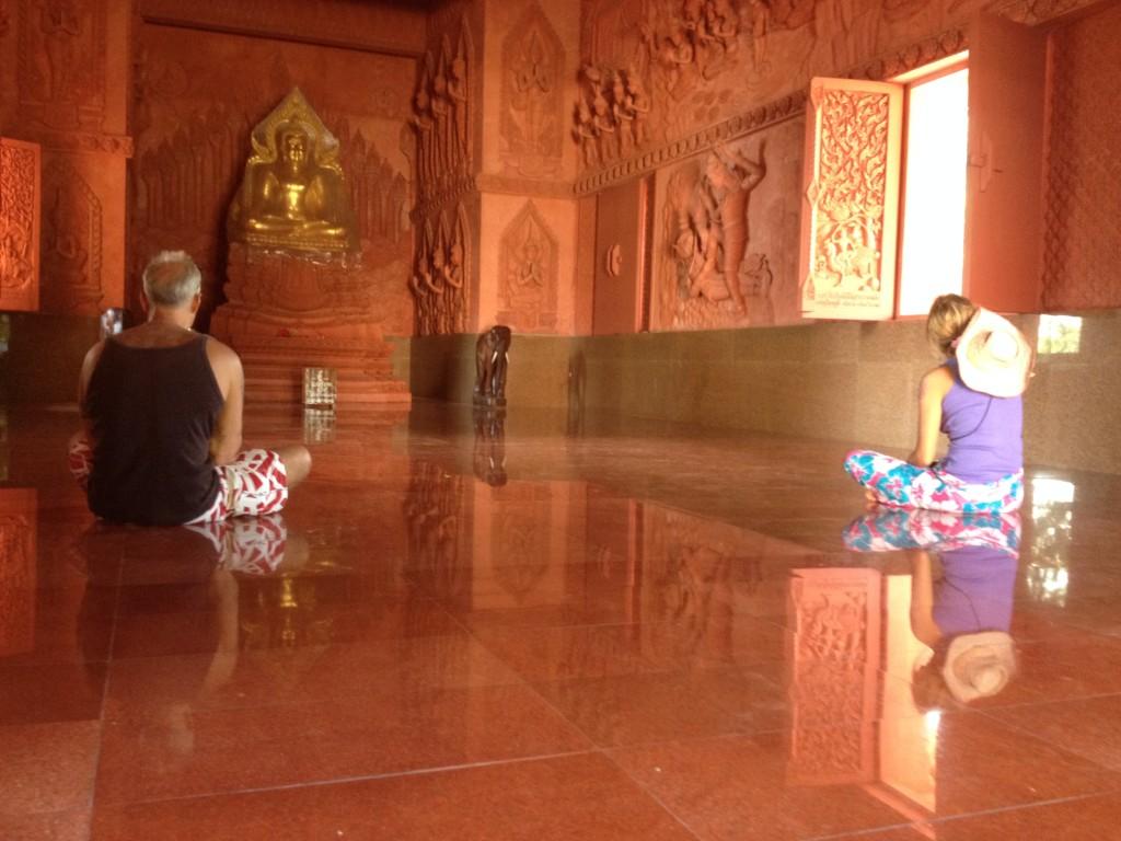 внутри красного храма на самуи