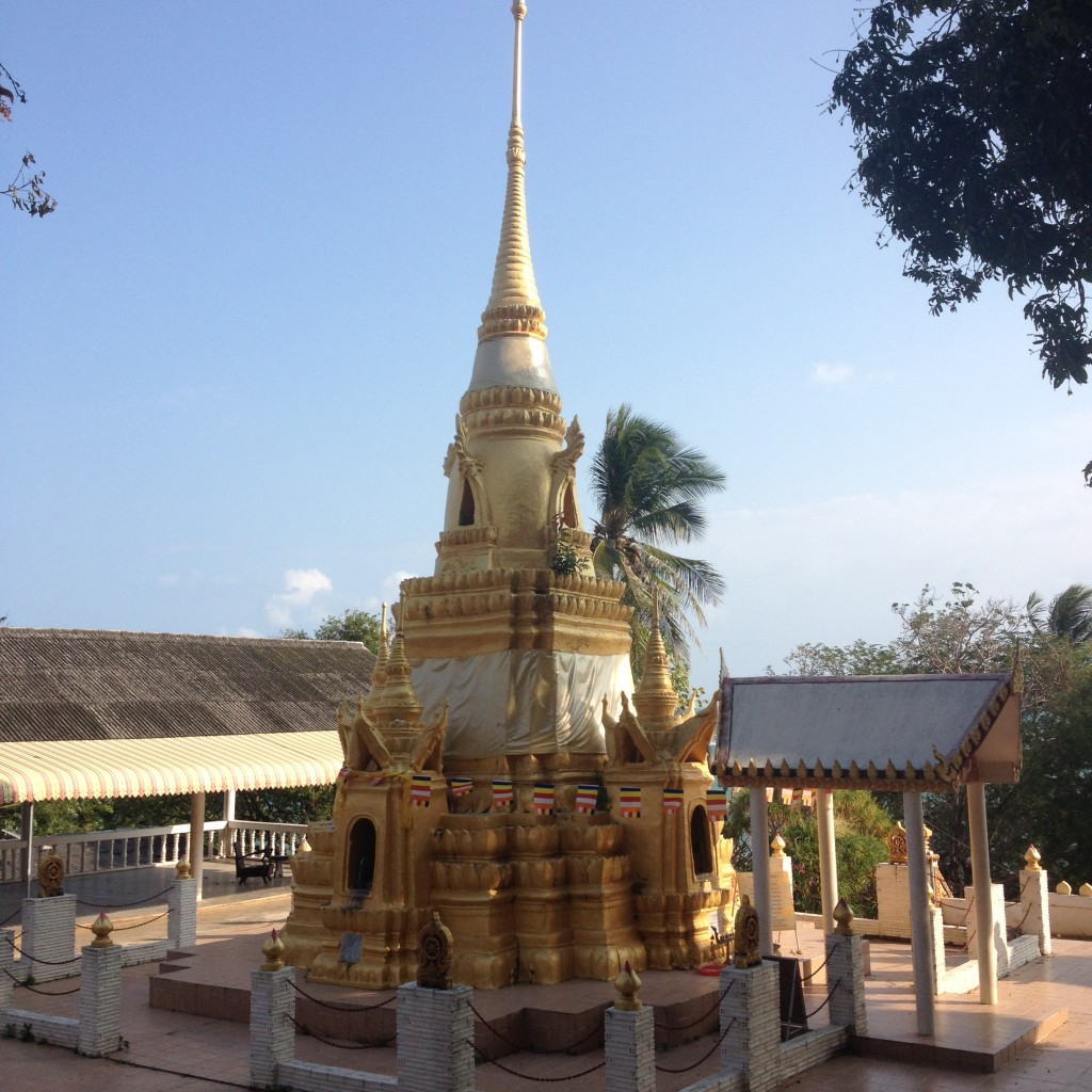 ступа рядом с красным храмом