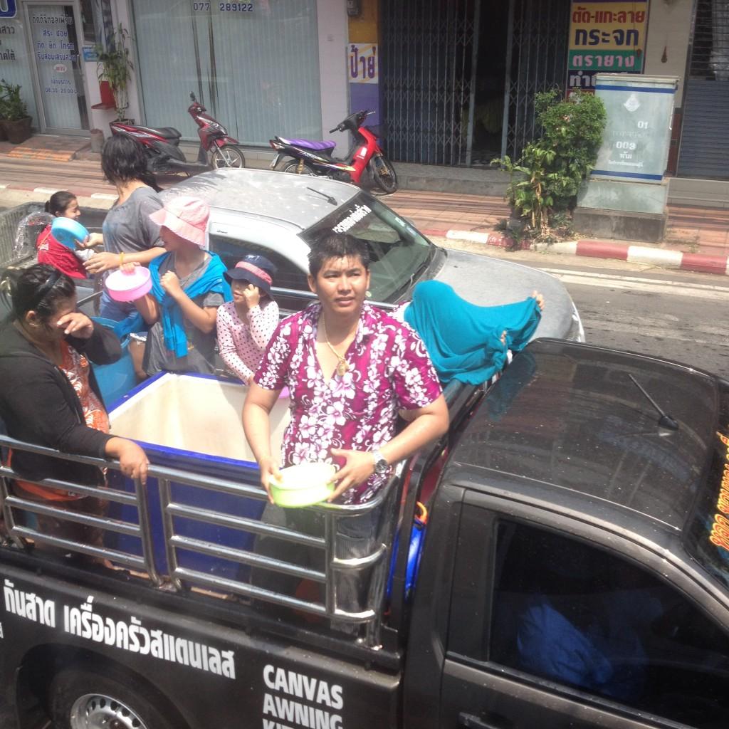 ездят на пикапах и обливают всех кого видят во время Сонгкрана