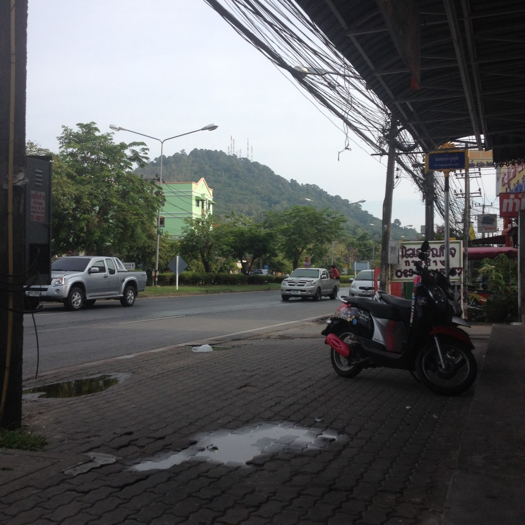 иногда на тайских улицах бывает очень пустынно и одиноко