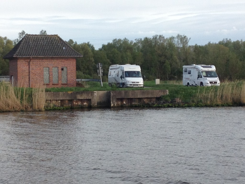 так немцы отдыхают. выехали на берег канала и созерцают природу))