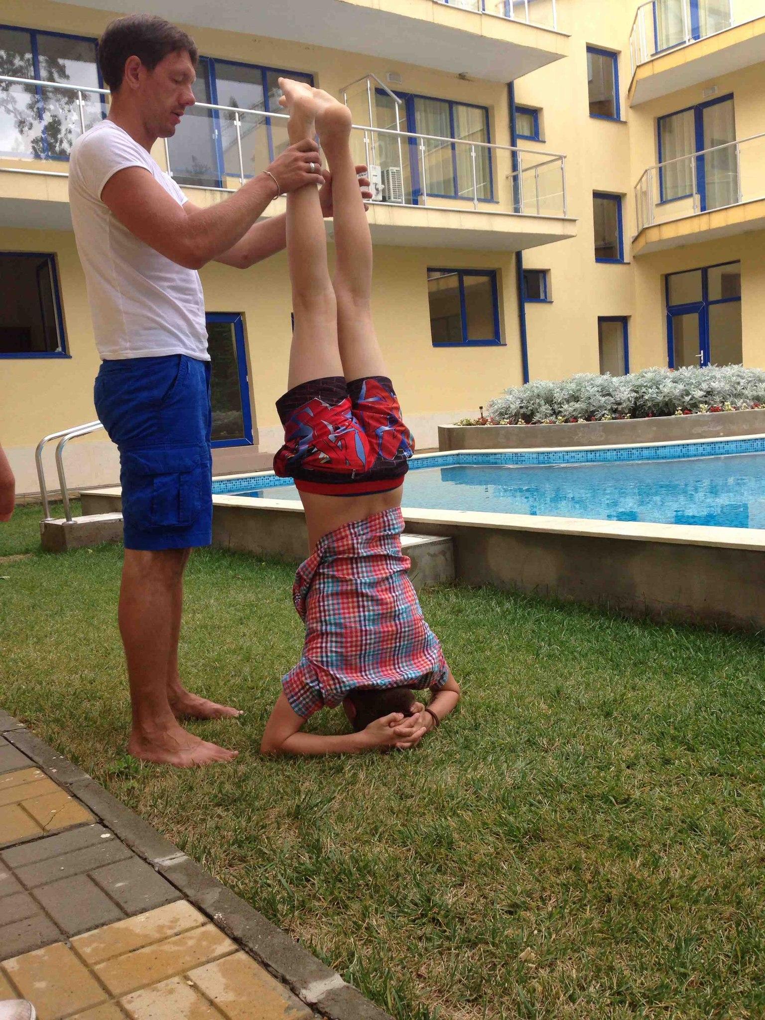 а еще я немного развлекал детей, и показывал им элементы из йоги :)))