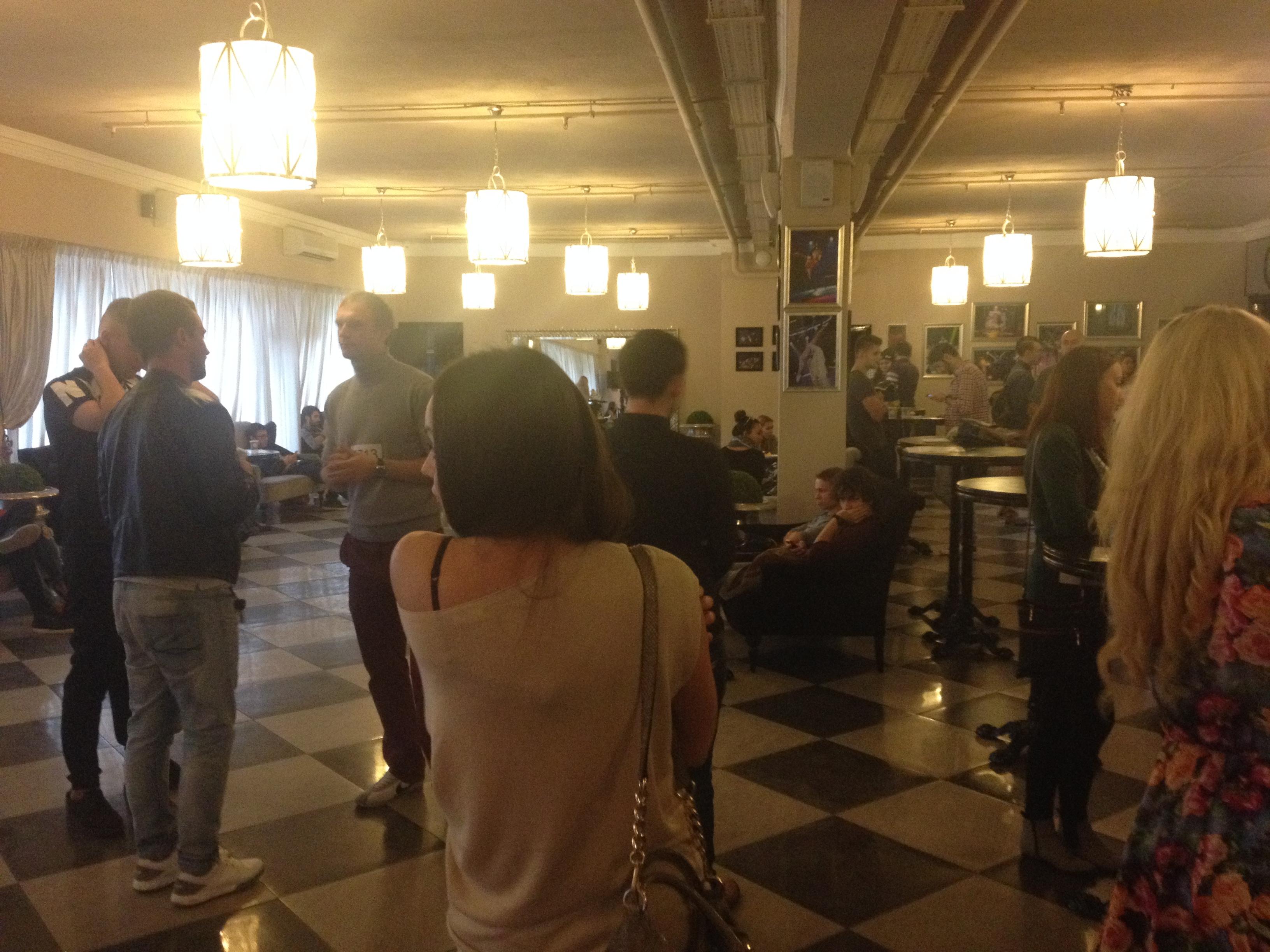 на втором этаже тоже было полно людей, которые ждали своей очереди на кастинг