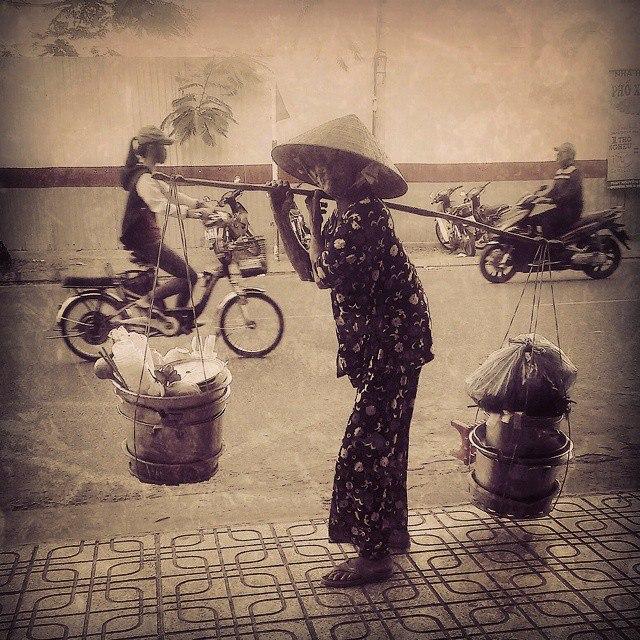 Вьетнамская бабушка продает чай
