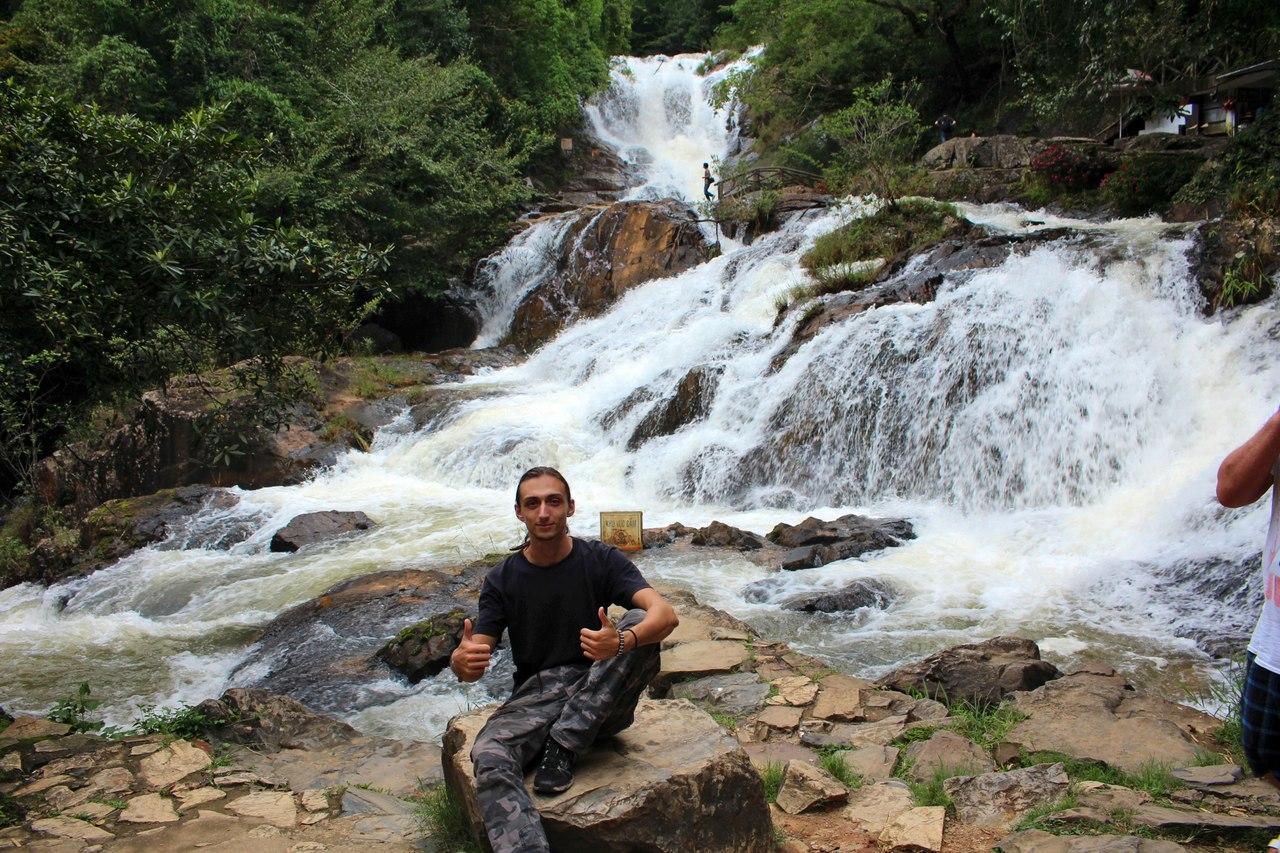 Валентин медитирующий на фоне водопада во Вьетнаме