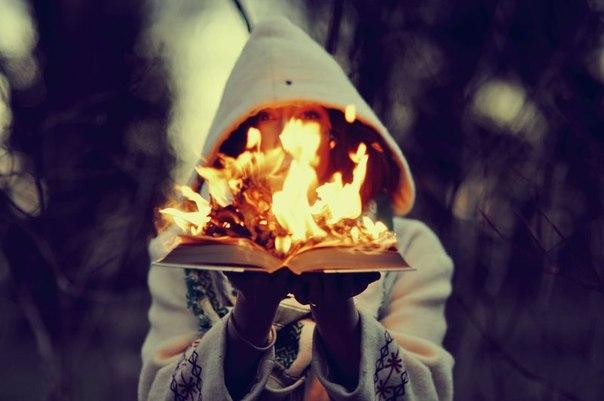 книга горит ярким пламенем