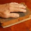 рука на книге