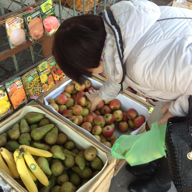 Яблоки раза так в четыре дешевле, чем в России.