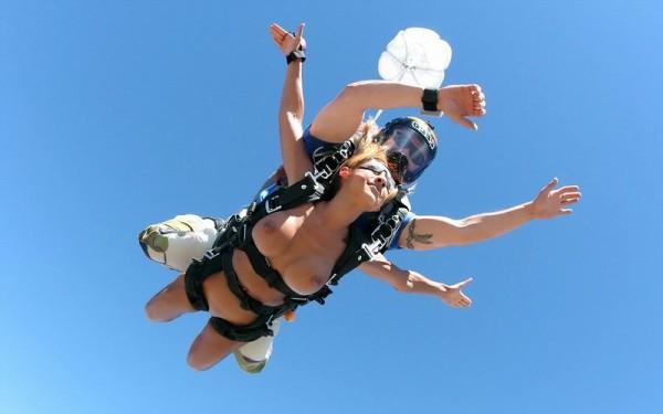 секс в прыжке с парашютом