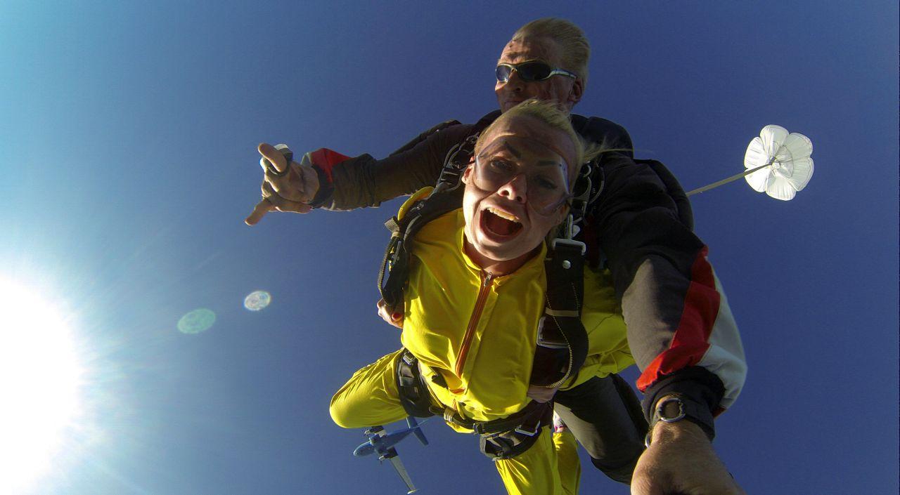 Прыжок с парашютом в Подмосковье и в Москве цена. Прыжок с парашютом в тандеме в подарок