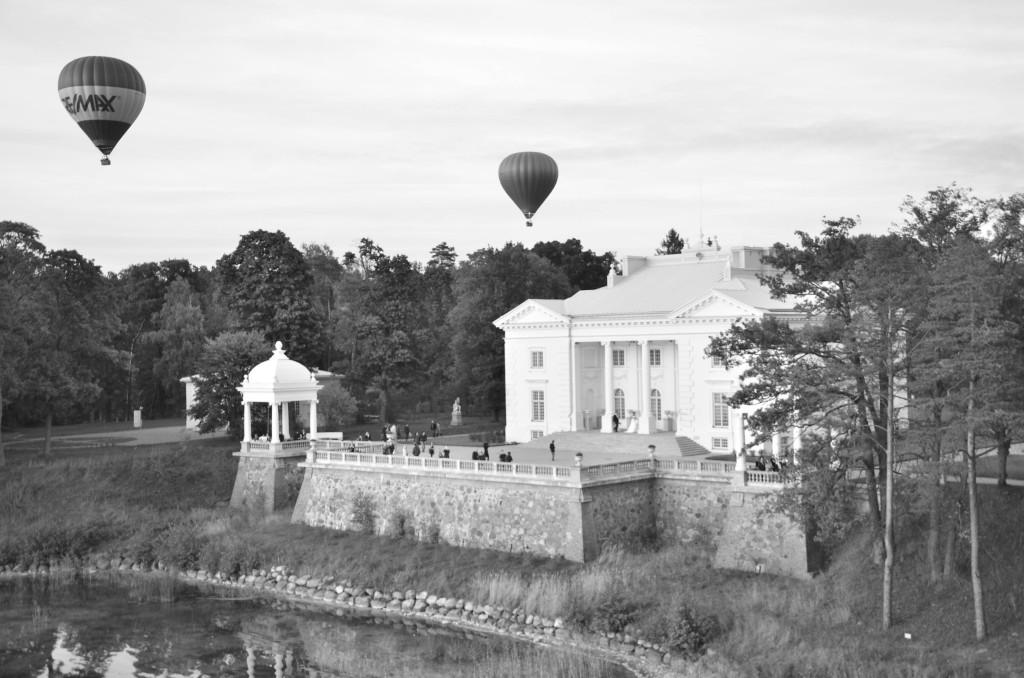 Белый Дворец и шары
