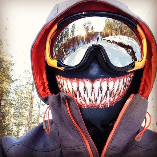 сноубордист в маске с зубами