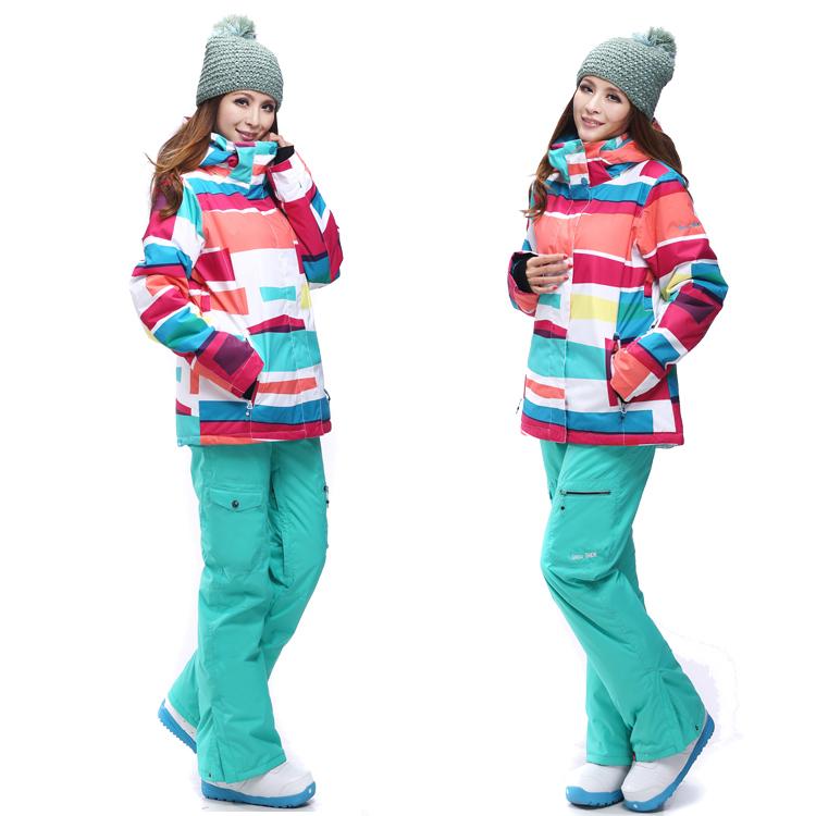 девушка в сноубордическом костюме