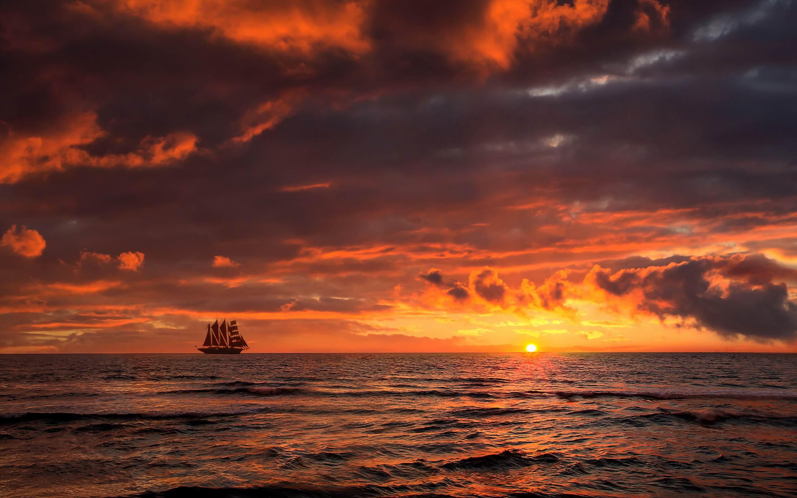 закат в море и корабль