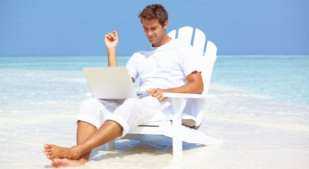сидя в кресле работать на пляже