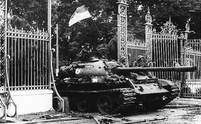 танк штурмует дворец воссоединения во Вьетнаме фото