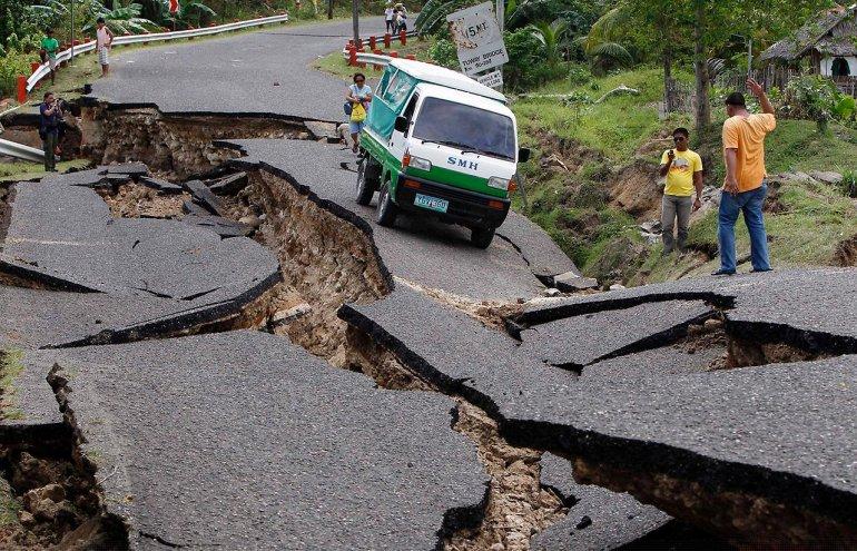 разлом на дороге от землетрясения