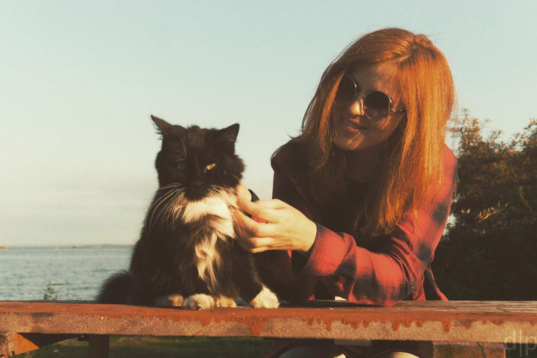 черный котик и девушка - инстагра фото
