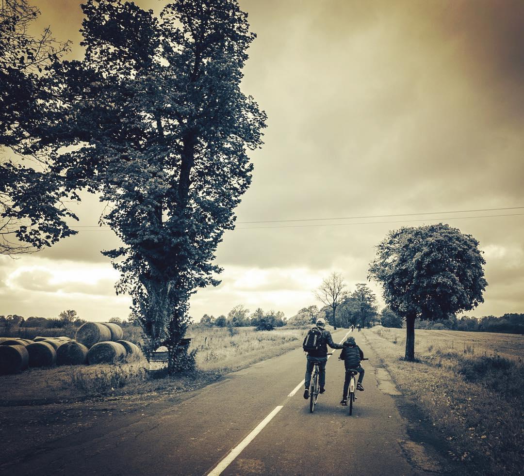 отец и сын на велосипедах