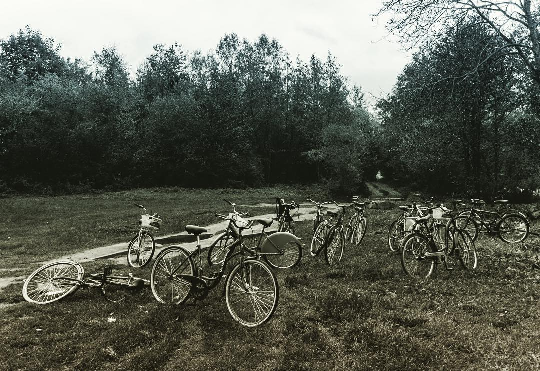 велосипеды лежат