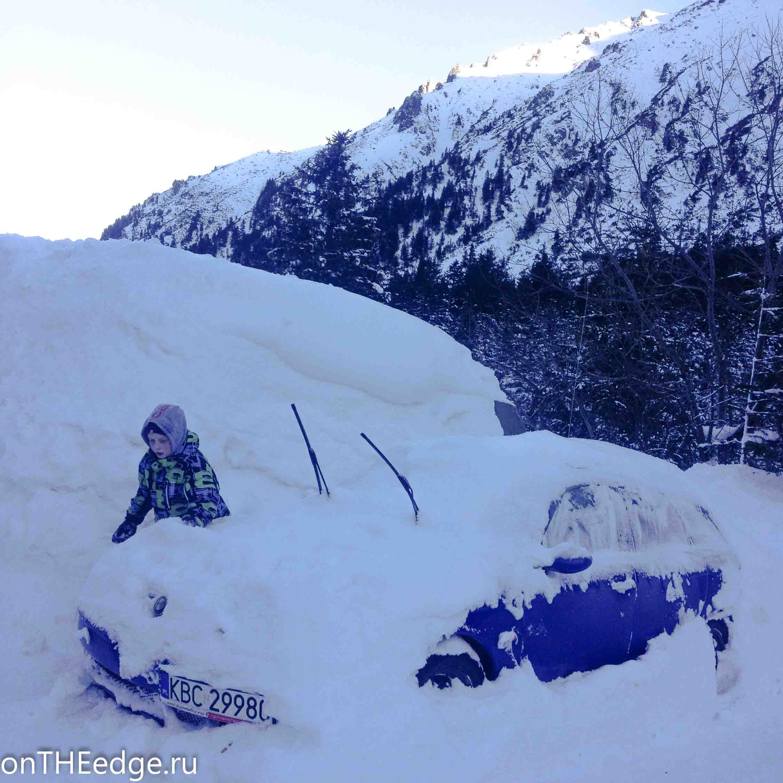 машина заваленная снегом