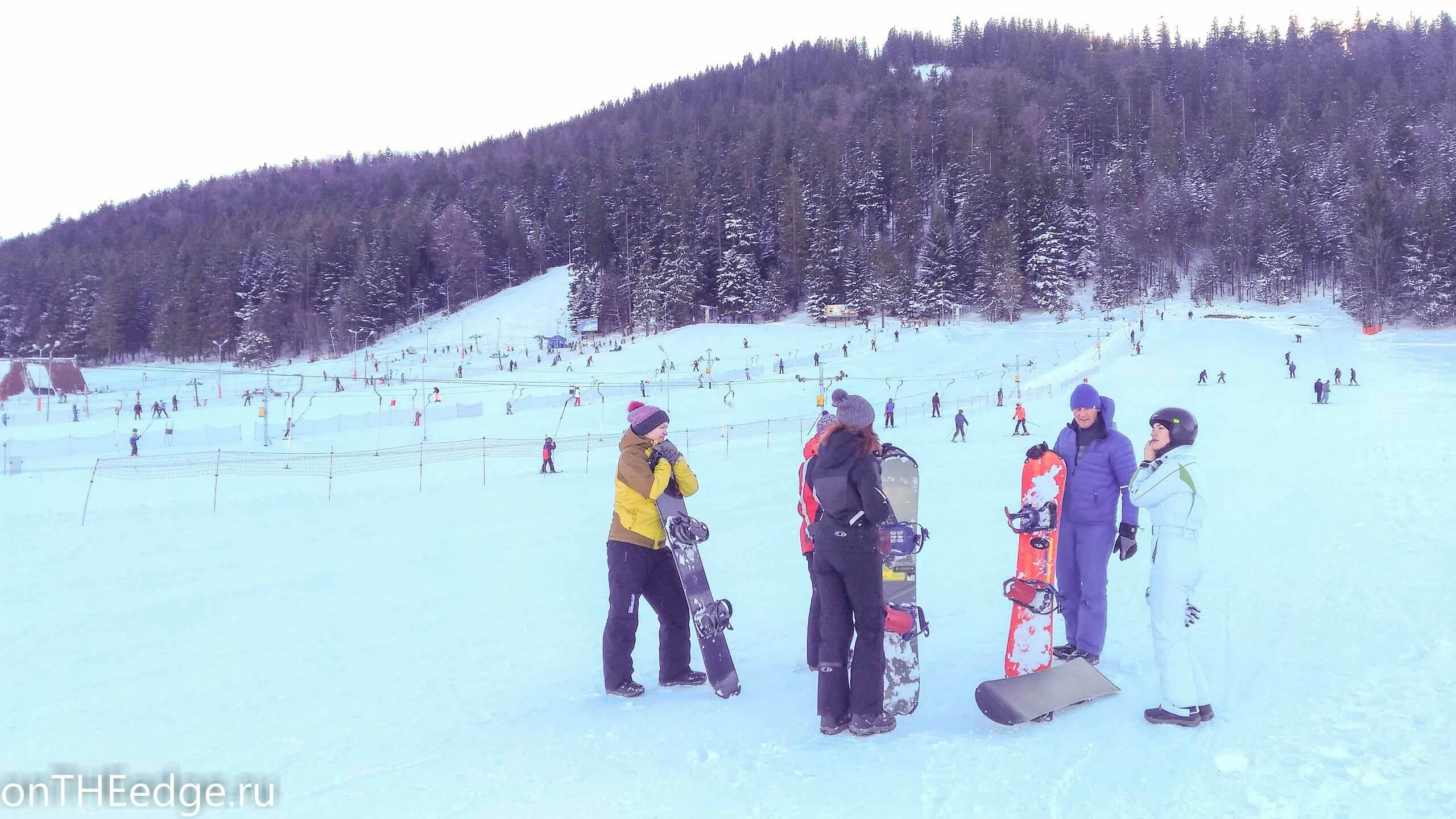 девушки осваивают сноуборд