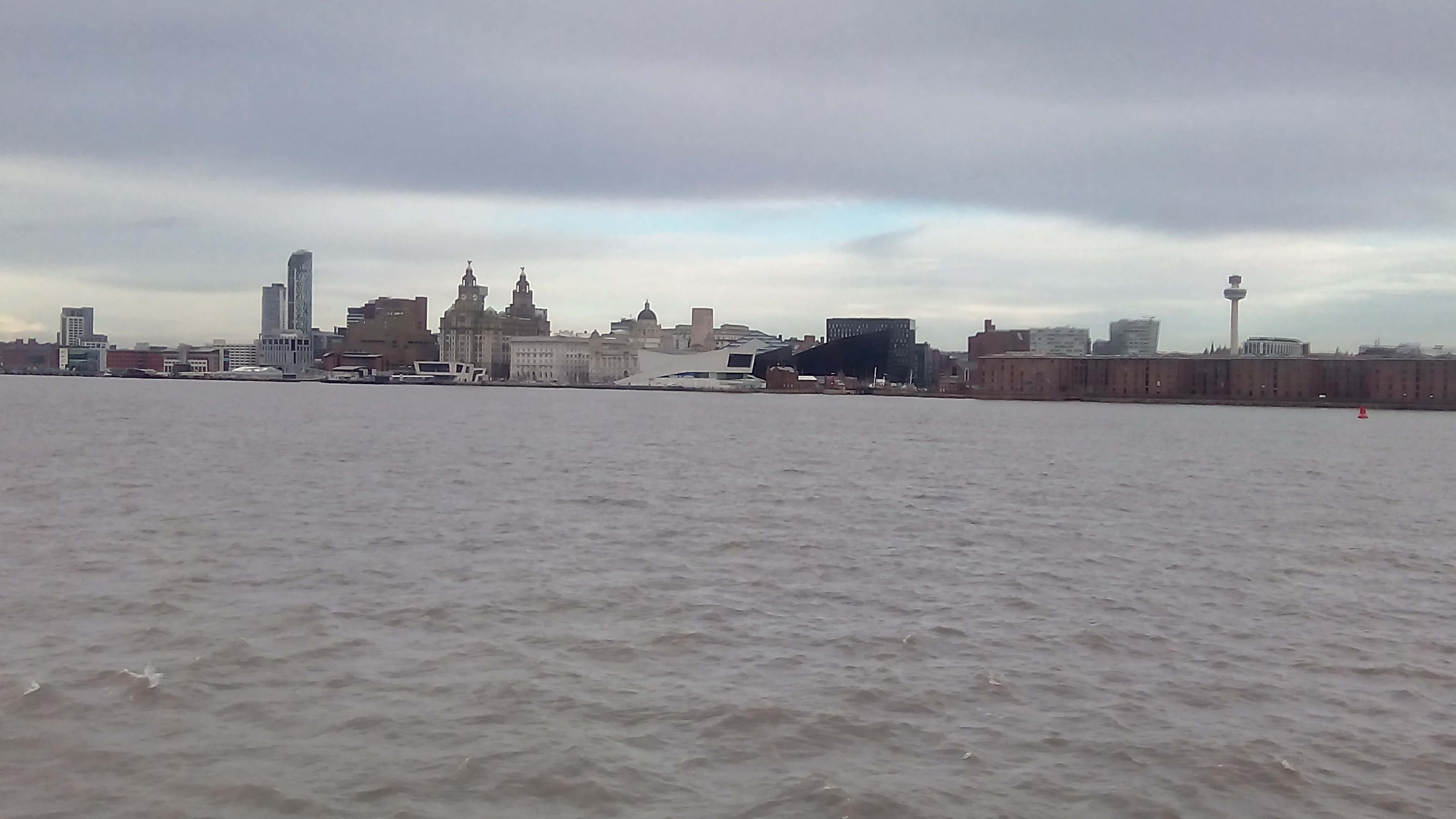 Вид на Ливерпуль с судна с реки