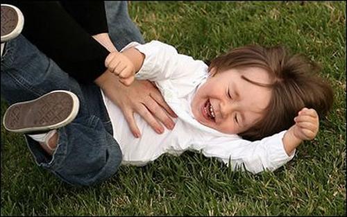 щекочат ребенка