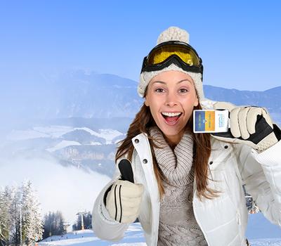 девушка со ски пассом