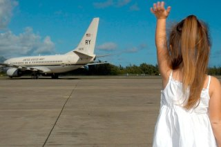 девочка ловит самолет