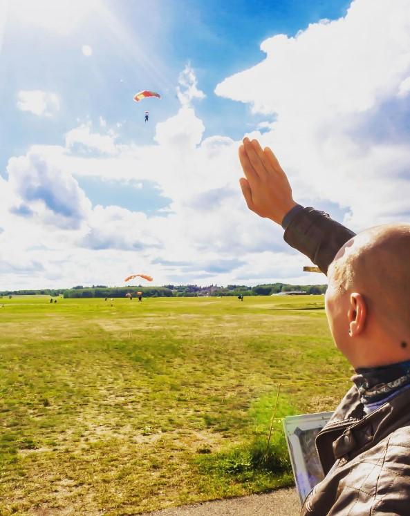 приземление при прыжке с парашютом