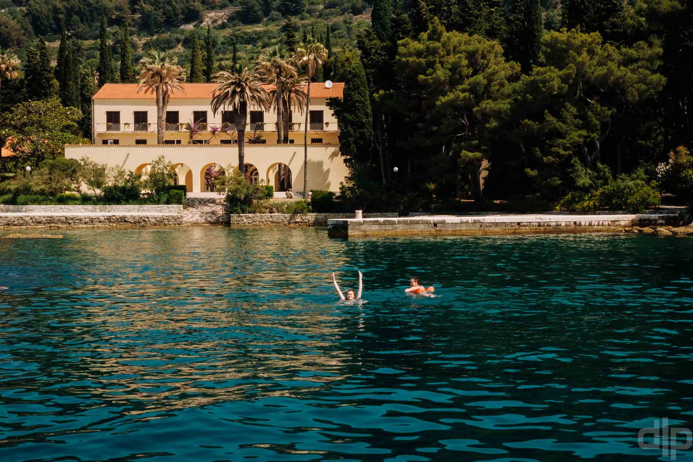 купание рядом с Plaža Ježinac в сплите хорватия