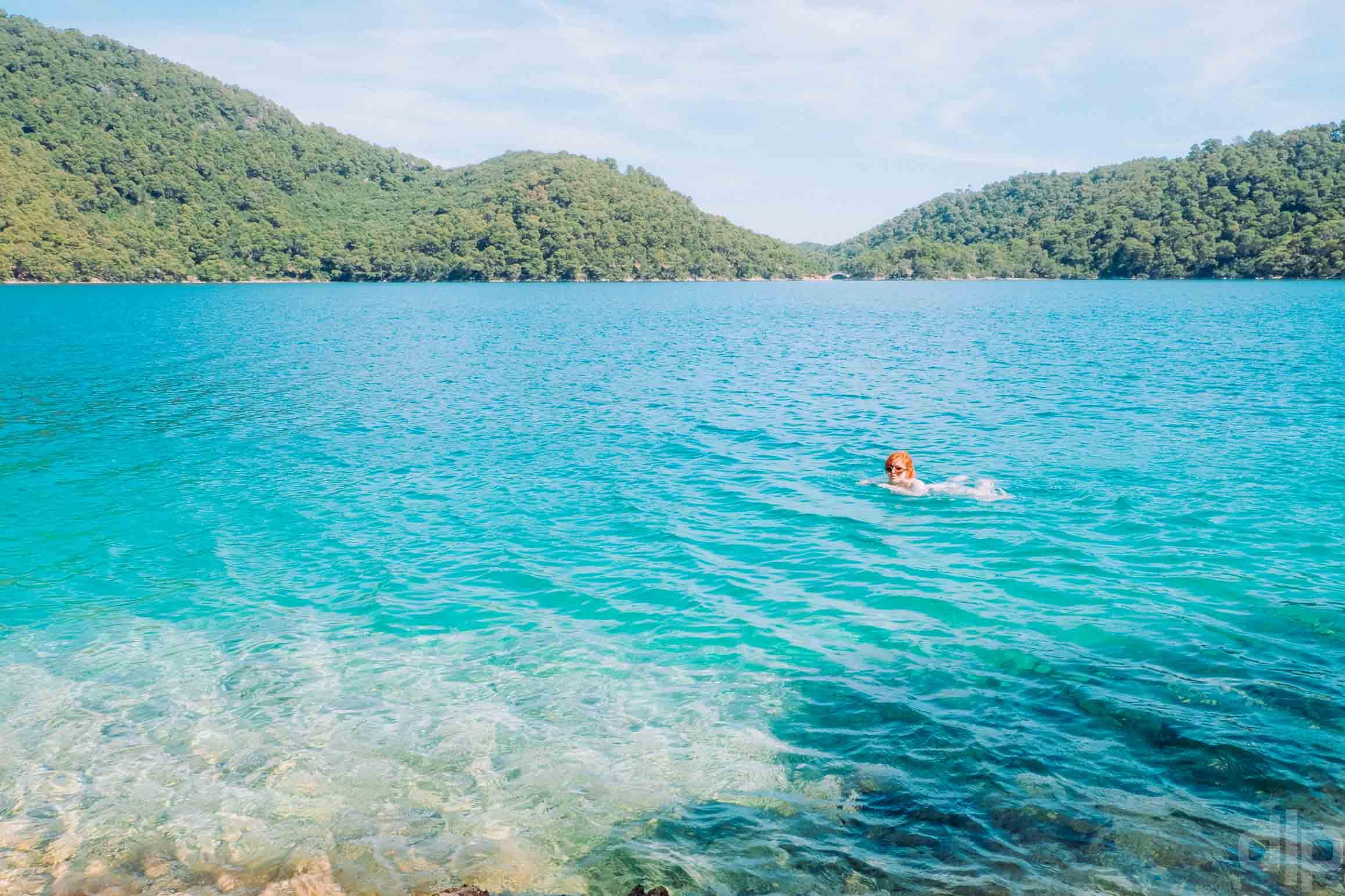 купание в озере на острове млет