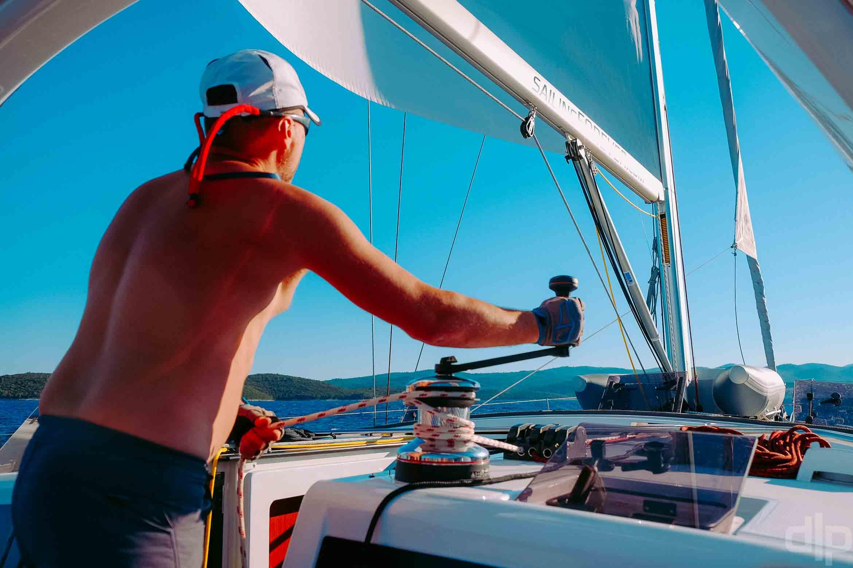 ставим паруса на борту яхты Benetau Oceanis 48