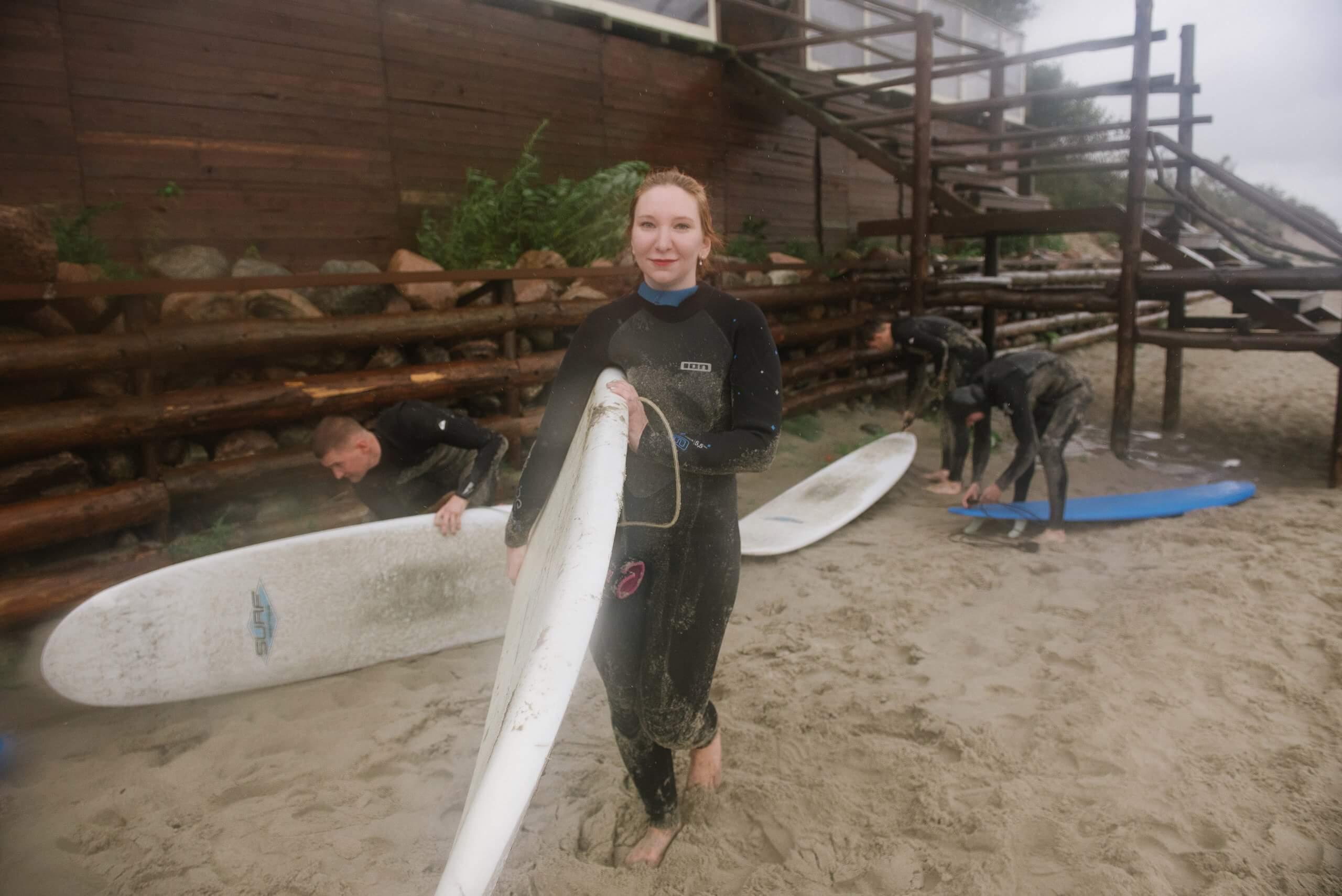 Полина с доской для серфинга