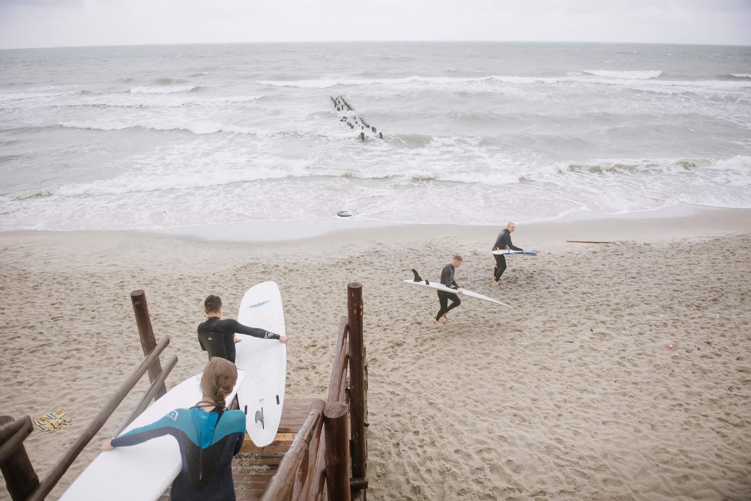 выход на берег Балтийского море перед серфингом