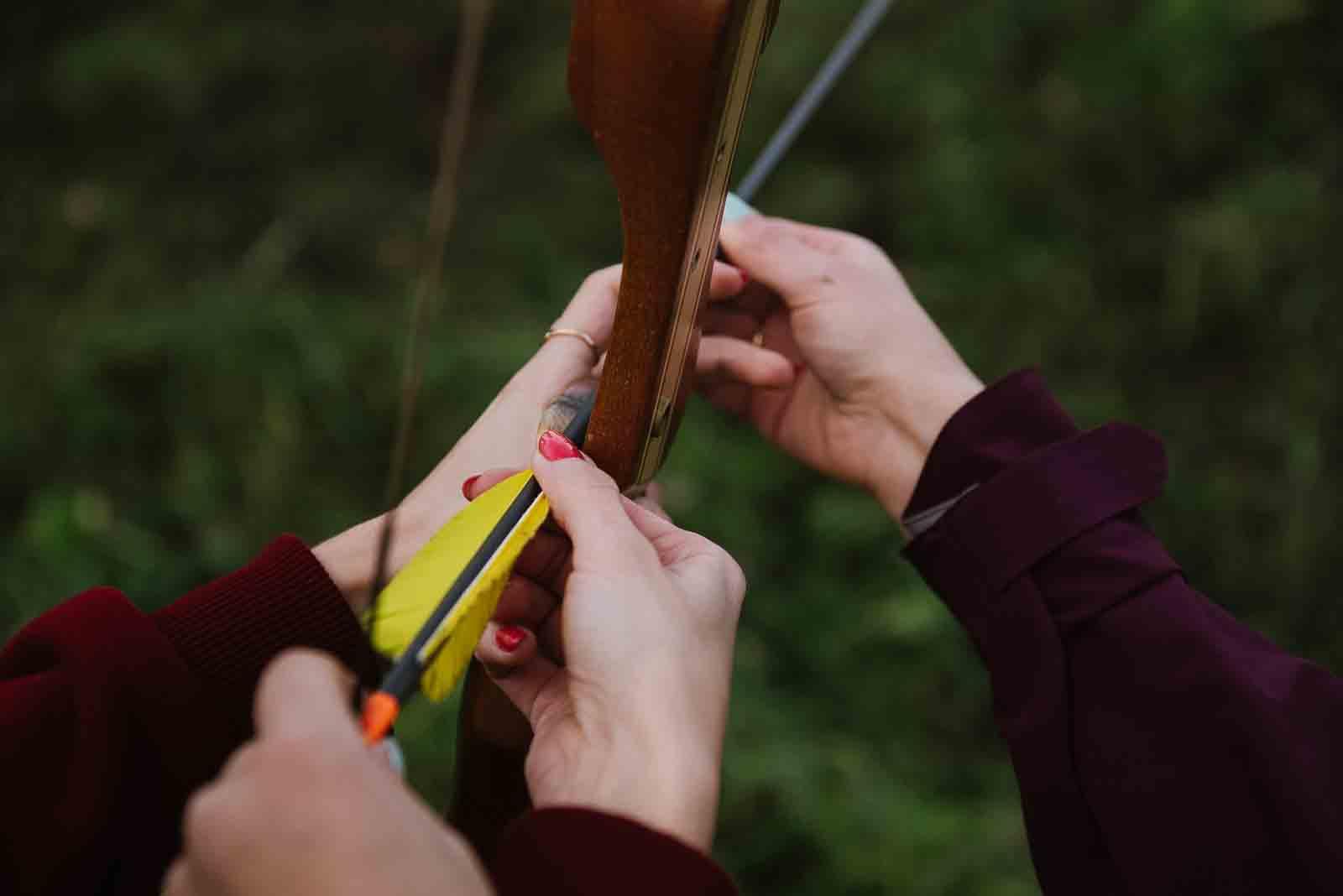 лук и стрела в руках