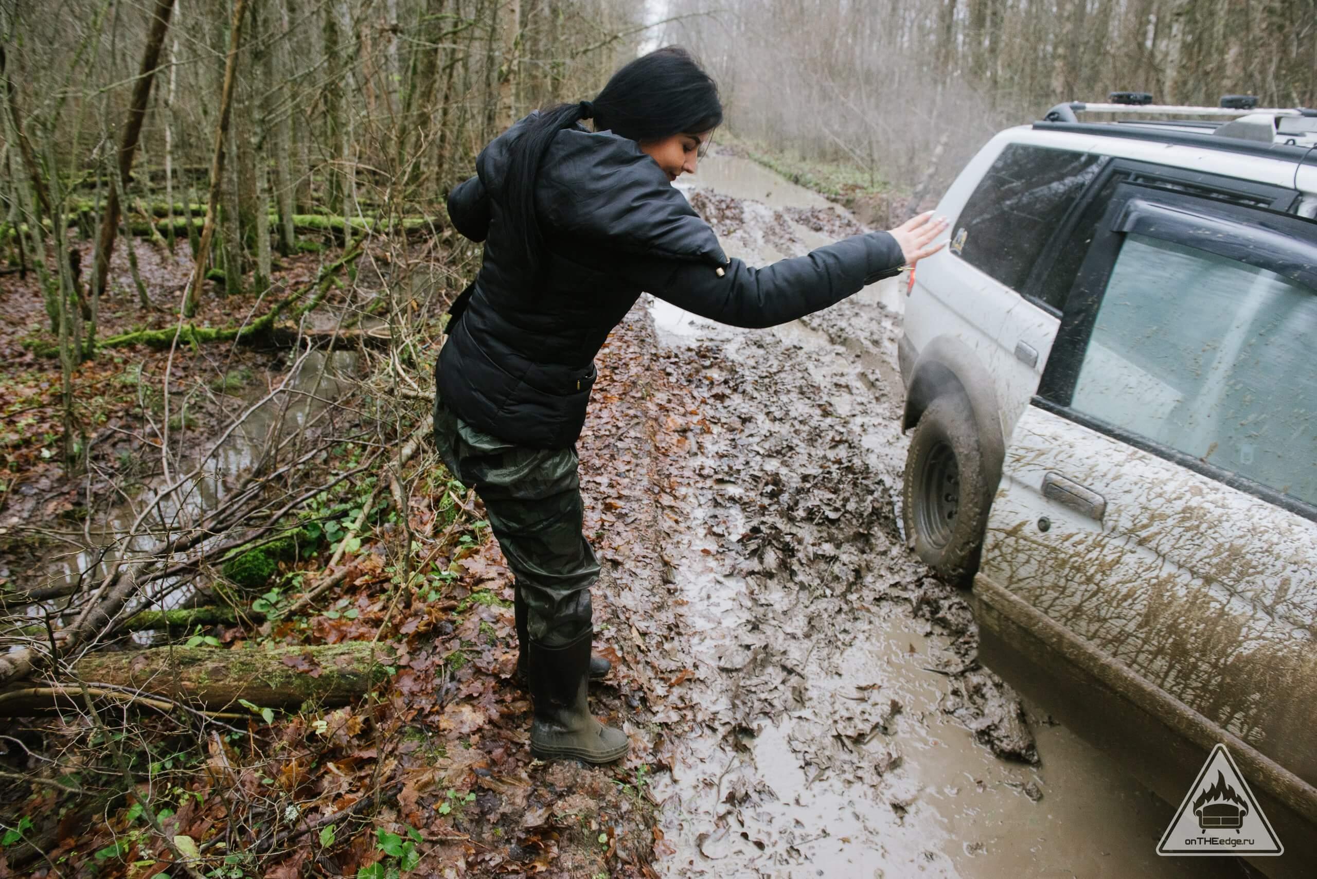 залезть в грязь и спастись