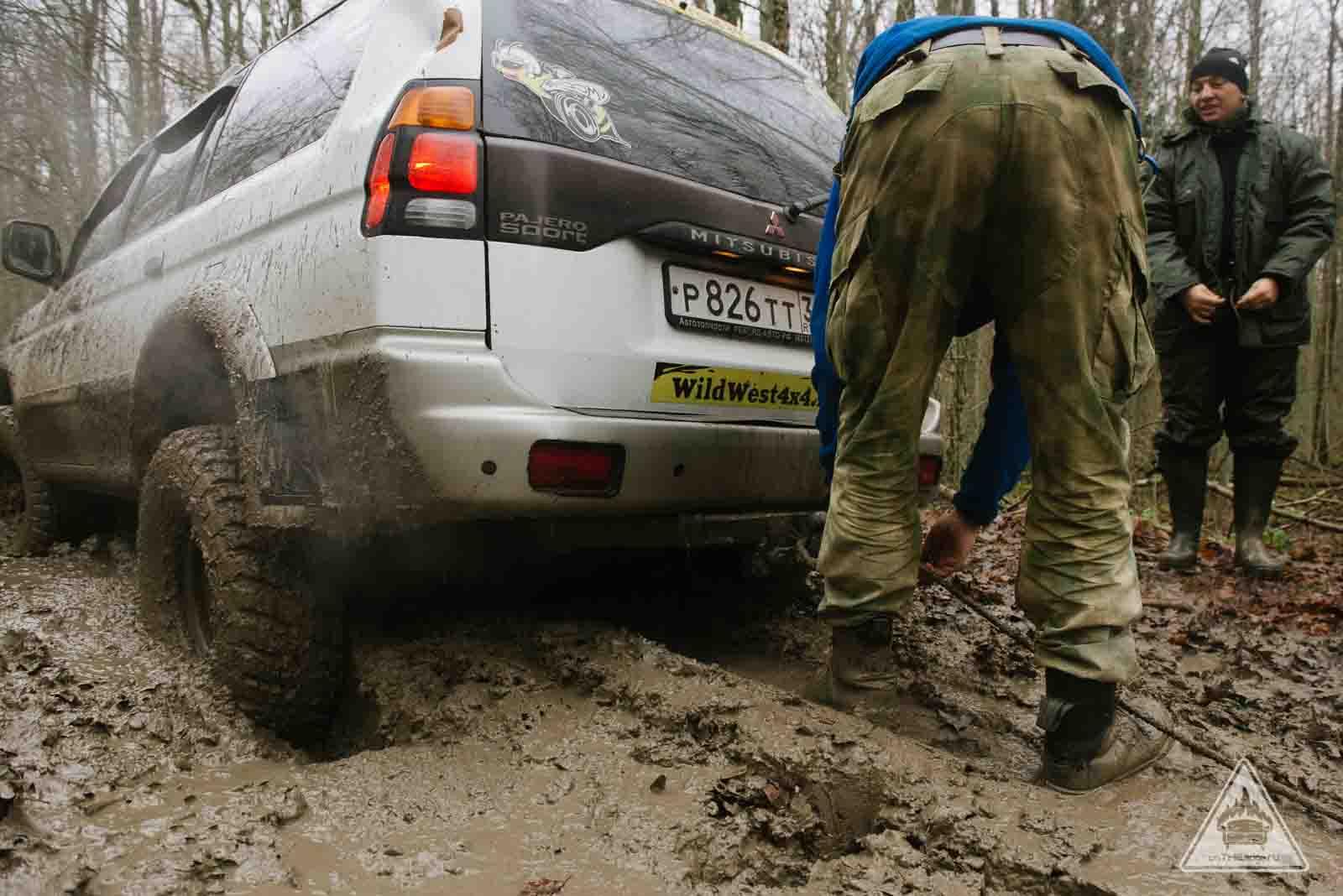 лебедка спасает джип из грязи