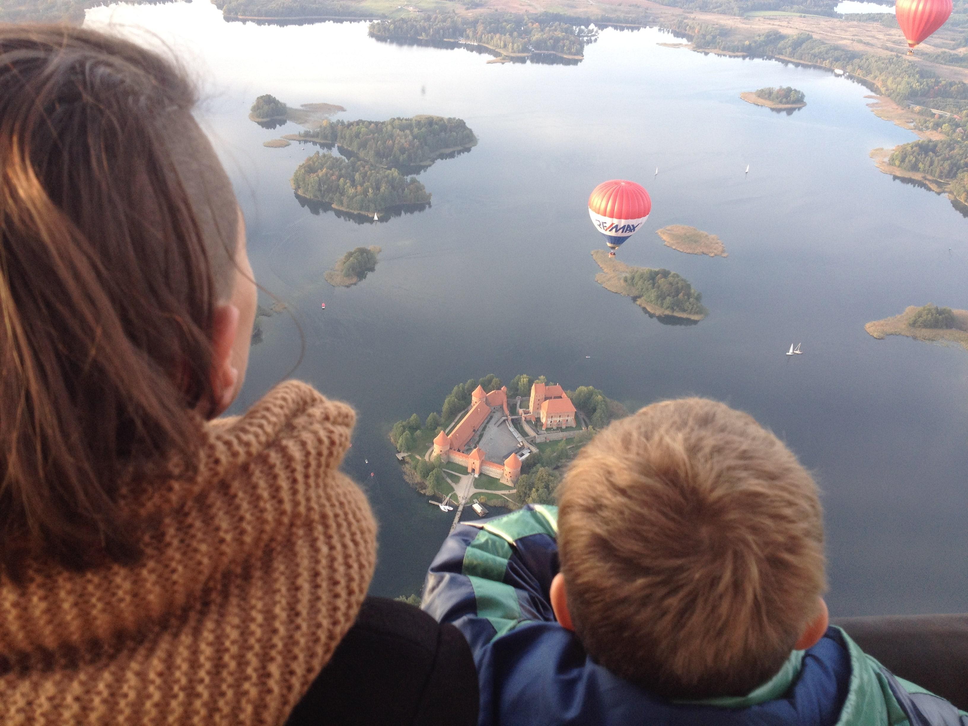 полет на воздушном шаре над замком в Литве