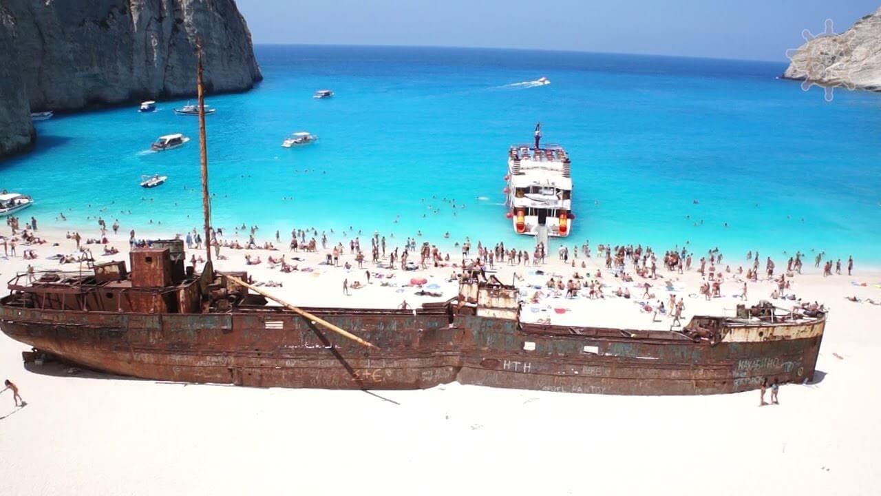 корабль на пляже навайо