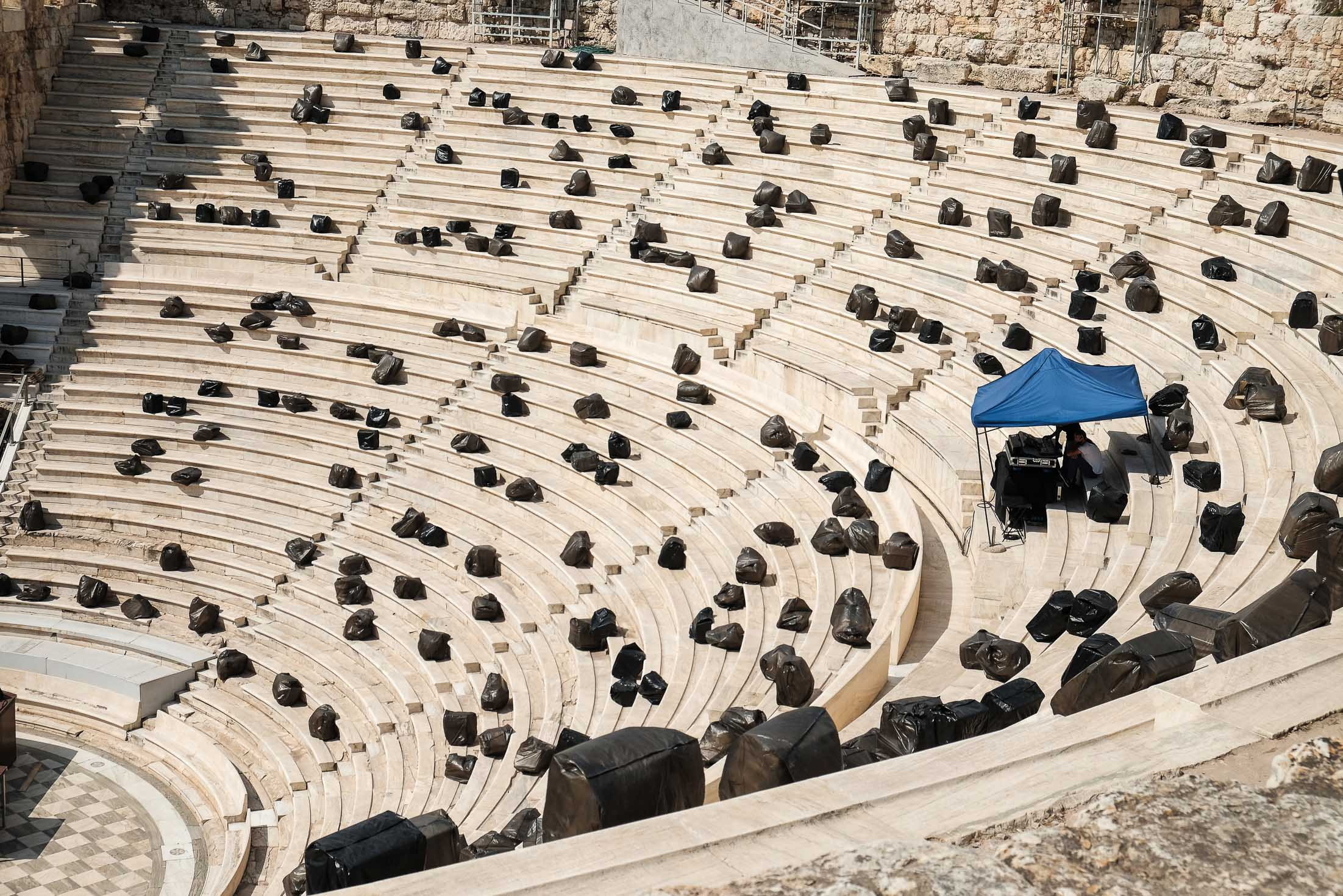 Одеон Герода Аттика и мешки с мусором
