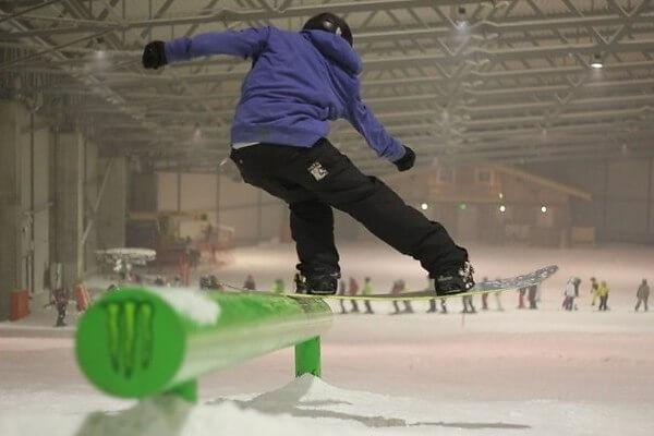 сноубордист в сноупарке друскининкая в литве