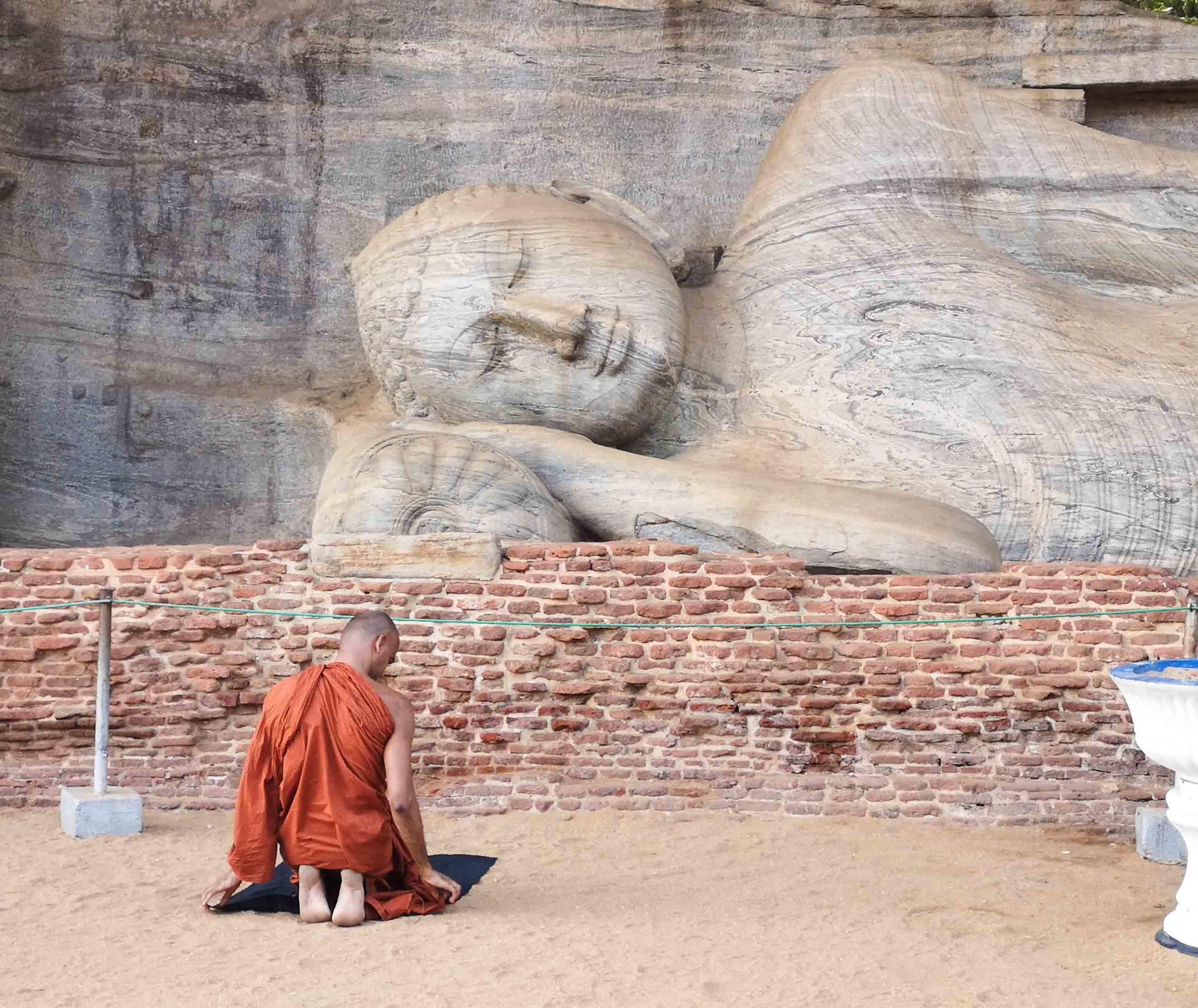 Монах и Будда на Шри Ланке фото