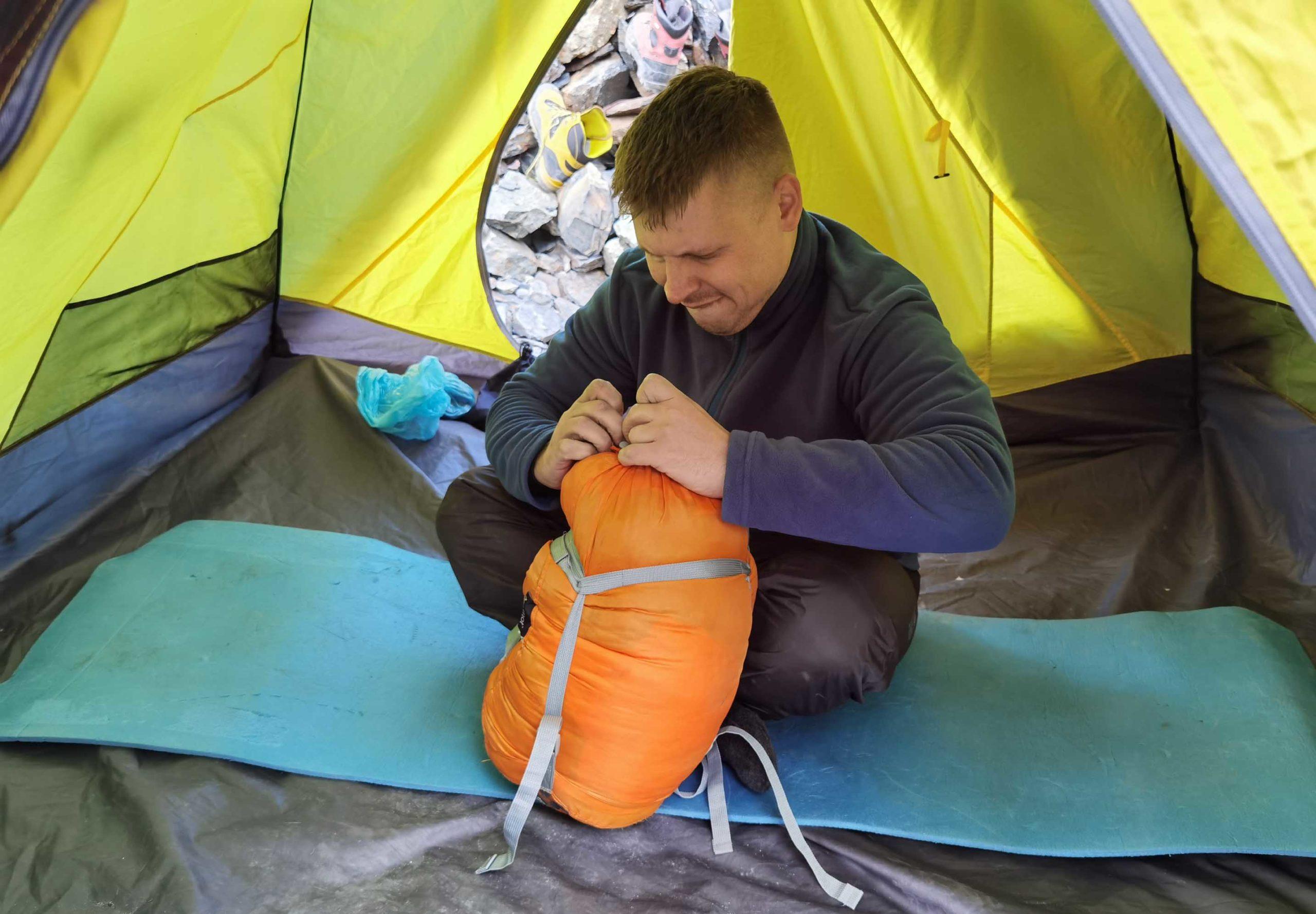 в палатке на восхождении